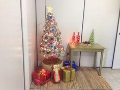 Árvore de Natal feita com jornal