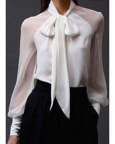 Para arrasar nessa Segunda-feira, look P&B composto por camisa branca de seda com laço + calça preta com corte em alfaiataria. O toque moderno pode ficar por conta de um oxford metalizado (desde que o dress code permita) ou um scarpin metalizado. Inspirem-se e ótima semana! Bjooooo! #lookdodia #consultoriadeestilo #dicasdafabi #lookpretoebranco #chique #oxfordshoes #businesswomen #executivasemterninho
