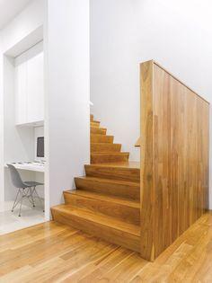 innere Treppe und kleine Trennwand aus Holz