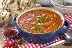 Jakmile začne sezona václavek, nosíme zlesa plné koše. Připravte si znich třeba falešnou dršťkovou polévku, která je nejen chutná, ale i zdravá. Máme pro vás jednoduchý recept, podle kterého to zvládnou i ti, kteří shoubami v kuchyni teprve začínají. Chili, Soup, Ethnic Recipes, Chile, Soups, Chilis