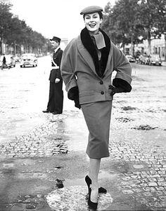 Susanne Erichsen im Dior-Kostüm auf den Champs-Elysées in Paris, Linie H, Herbst/Winter 1954/55 | Foto: F. C. Gundlach, Stiftung F. C. Gundlach, Hamburg