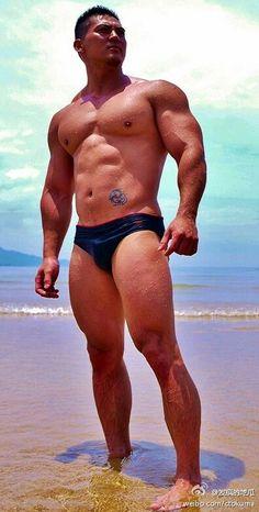 Muscular 叔叔 熟男 hot huge hunk big beefy muscle daddy pec…