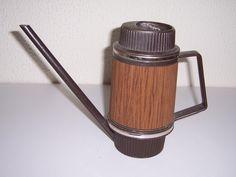 Authentieke vintage bruine gieter met goudkleurige biezen  in houtlook, 70-er jaren. Deze hadden we thuis ook.