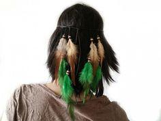 Hårbånd med fjær | Alternativ nettbutikk med organiske smykker og klær inspirert av naturen. Hair Styles, Beauty, Alternative, Nature, Hair Plait Styles, Hair Makeup, Hairdos, Haircut Styles, Hair Cuts