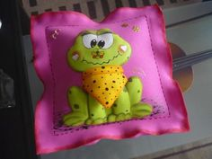 cojines decorados Turtle, Hello Kitty, Sewing Patterns, Lunch Box, Scrap, Shower, Ideas, Creative Crafts, Accent Pillows