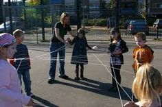 Levend spinnenweb - Ga met alle kinderen in een kring staan. Jij als spelleider begint. Je houdt het begin van de draad vast en noemt een naam van iemand naar wie je de bol moet overgooien. Deze persoon vangt hem. Hij houdt de draad ook weer vast en gooit de bol weer naar de volgende persoon. Zo ontstaat een spinnenweb.