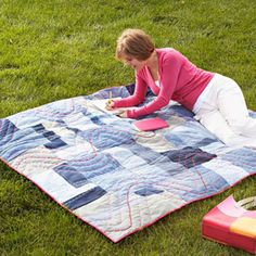 Recycle your old blue jeans into an easy, pieced throw. Free pattern from All People Quilt Quilt Baby, Rag Quilt, Crib Quilts, Shirt Quilt, Quilt Blocks, Quilt Patterns Free, Free Pattern, Bag Patterns, Blue Jean Quilts
