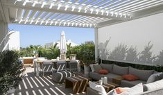witte terrasoverkapping met zonwering screens