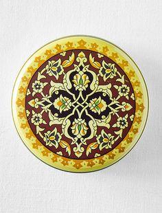 Sarı Motif Desenli Kutulu Doğal Sabun Alternatif desenlerle birlikte metal kutu içerisinde sunulan doğal sabunlar hem hediyelik olarak kullanılabilir