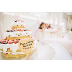 ご新婦さまがとても楽しみにされていたとおっしゃるウェディングケーキ。クリームの垂れ方がとってもかわいいネイキッドケーキの上には、いちごやブルーベリーなど見た目もかわいいフルーツがたっぷり乗っています☆ケーキにフォーカスしたこちらのショットもおしゃれですね。