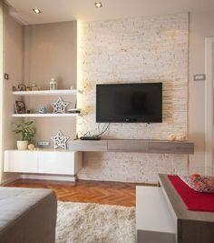 Televisión colgada a la pared. Salas pequeñas. Pared de piedra. Revestimiento de piedra.