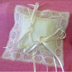 """Cojín para alianzas modelo """"Verona"""", realizado de forma artesanal. Con muselina y encaje de bolillos de hilo de algodón 100%."""
