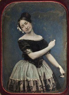 Retrato al daguerrotipo de una bailarina de la escuela bolera, con castañuelas, hacia el año 1850. Fototeca del IPCE.