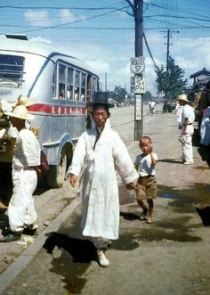 A man wearing hanbok (traditional Korean clothing) in Korea behind a bus, 1953 Old Pictures, Old Photos, Korean Hanbok, Korean People, Sky Aesthetic, Asian History, Korean Art, Korean Traditional, Seoul Korea