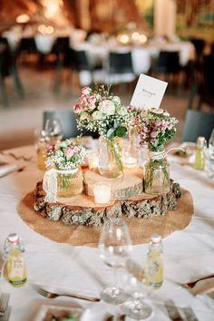 Tischdekoration rustikal mit Baumscheiben und Schleierkraut - Originelle Landhaushochzeit mit VW Bulli   Hochzeitsblog The Little Wedding Corner