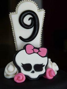 - Monster High cake detail.