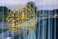 Pasticceria Giardini dopo la pioggia Logo – Sichtwerk kreierte das Emblem der Pasticceria mit einer gehörigen Portion Italianità Emblem, Corporate Design, Hand Fan, Home Appliances, Logo, House Appliances, Logos, Logo Type, Hand Fans