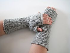Free knitting pattern for One Hour Mitts and more one day knitting patterns - knitters reported that it took them one hour to three hours (I'd probably be on the 3 hour end! Crochet Mittens, Crochet Gloves, Knit Or Crochet, Loom Knitting, Knitting Patterns Free, Free Knitting, Free Pattern, Charity Knitting, Fingerless Gloves Knitted