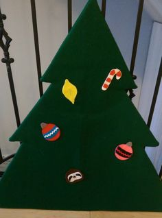 """Instructions on how to build and put together a felt christmas tree for your toddler I'm using this as a busy bag for my little one so that he can """"help"""" me decorate"""