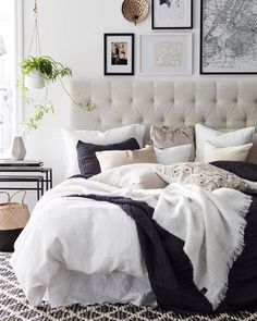 E o dia termina com uma inspiração de quarto aconchegante e bem iluminado. Pequenos vasos  de planta suspensos deixam o espaço da cabeceira cheio de vida.✨ Produtos similares: - Cabeceira Casal Buona Notte II 1.4 Bege; - Mesa Lateral Abrevitta IV.  #Mobly #MoblyBr #decoration #instadecor #instahome #casa #home #interiordesign #homedesign #homedecor #homesweethome #inspiration #inspiração #inspiring #decorating #decorar #decoracaodeinteriores