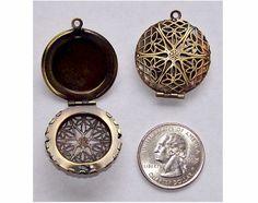 Filigree Locket Bronze 26mm Perfume Locket por cameojewelrysupply