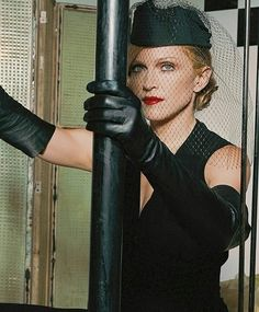 Madonna wearing leather gloves in a Vanity Fair photoshoot Madonna Fashion, Madonna 80s, Black Is Beautiful, Beautiful Women, Divas Pop, Madonna Pictures, Elegant Gloves, Veuve, Black Leather Gloves