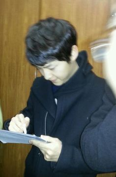 Song Joong Ki (fancam) giving signature to lucky fans Sung Jong Ki, Joong Ki, Sulli, Korean Actors, Jessie, Singing, Hair Makeup, Fans, Club
