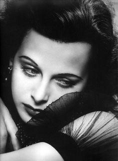 Modefotografie  Fotograaf: George Hurrell Model: Hedy Lamarr Jaar: 1938  De foto straalt gevoel uit, je wilt weten waar zij aan denkt.