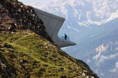 """Spektakulärer Blick vom Berg: Dieses Gebäude von Zaha Hadid Architects befindet sich 2275 Meter über dem Meeresspiegel auf dem so genannten Kronplatz in Südtirol und beherbergt ein Museum. Es ist eines von 343 nominierten Bauwerken für den Titel """"Gebäude des Jahres"""" des World Architecture Festivals."""