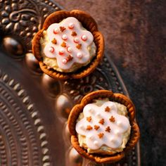 Piparkakku-aprikoosileivokset ovat kauniita kuin korut! Leivokset saavat pohjansa piparitaikinasta ja täytteekseen kermaisen aprikoosirahkan. Sokerimassa ja koristerakeet tekevät leivoksesta juhlapöydän kruunun!