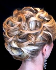 Bride's looped curls updo wedding hairstyle