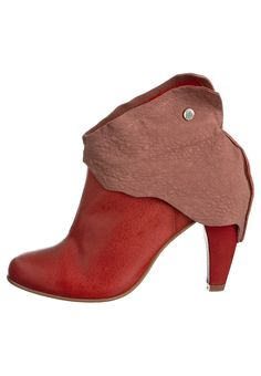 Grotesque Athena boots red