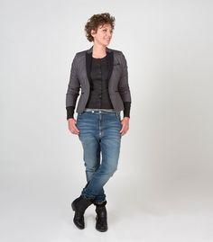 (D)02/4 colbert Carter my night /sand/dark sand, D08/3 jeans Girlfriend, D05/8 t-shirt Tildi stone melange en D03/1 vest Kika stone. www.dyanne.nl