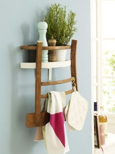 Da werden Ihre Gäste zweimal hinschauen müssen, wenn Sie Ihr neues Küchenregal entdecken, denn mit dieser Anleitung bauen Sie aus einem alten Holzstuhl ein cooles, neues Küchenregal.