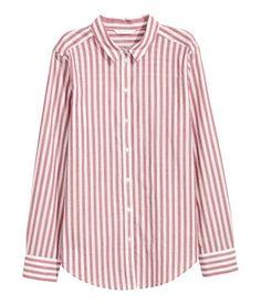 Rot/Gestreift. Bluse aus luftiger Baumwolle. Die Bluse hat vorn eine Knopfleiste und lange Ärmel mit geknöpfter Manschette. Abgerundeter Saum mit