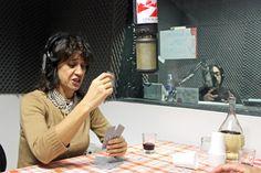 Angela Baraldi gioca a carte negli studi di Radio Città del Capo