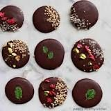 Easy raw, vegan, chocolate recipe made with cacao butter or coconut oil, and unsweetened cacao powder. Chocolate Puro, Vegan Chocolate, Chocolate Desserts, Chocolate Protein, Vegan Recipes Videos, Healthy Recipe Videos, Easy Healthy Recipes, Healthy Breakfast Desayunos, Breakfast For Kids