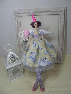 Boneca confeccionada tecido 100% alg. enchimento anti alérgico, chapéu em papel, cabelo de lã, balões de tecido.