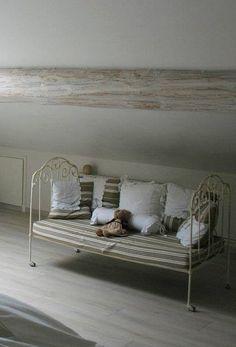 banquette en fer forg et coussins par comptoir de. Black Bedroom Furniture Sets. Home Design Ideas