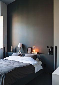 Kleine Bühne hinterm Bett - Die Idee, hinter dem Bett eine schmale Ablage einzurichten, ist nicht nur chic, sondern ideal für kleine Räume. So schaffen Sie mehrere Dinge mit einem Schlag. Das Bett bekommt ein Kopfende, Sie brauchen keine Nachttischchen und Sie gewinnen ein interessantes architektonisches Element. Streichen Sie das Holzpodium und die Wand in der gleichen Farbe.
