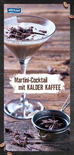 """Wir lieben Cocktails und das besonders, wenn sie mit Kaffee gemixt werden! Für diese leckere Drink-Idee kombinieren wir Martini mit MILRAM KALDER KAFFEE in der Sorte """"stark"""" und Kaffeelikör. Wer geschmacklich noch etwas anderes ausprobieren möchte kann Creme- oder Vanillelikör nutzen. Das Ganze schaumig geschüttelt, nicht gerührt. Der Cocktail für einen wachen Start in den Abend. 🎉  #KalderKaffee #Wachmacher Martini, Cocktails, 17th Birthday, Creme, Pineapple, Mango, Food And Drink, Pudding, Vegan"""