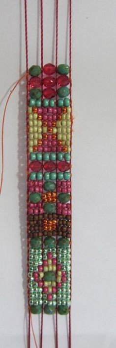 How to prepare loom for different sizes of beads in the same bracelet !  WWW.MAGGYCALHOUN.COM
