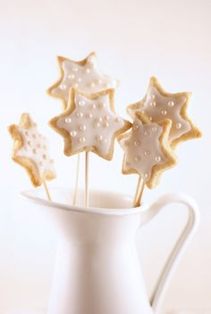 Star Cookie-Pops Iced & Decorated w Edible Pearls Xmas Food, Christmas Sweets, Christmas Cooking, Noel Christmas, Christmas Goodies, White Christmas, Star Cookies, Biscuit Cookies, Holiday Cookies