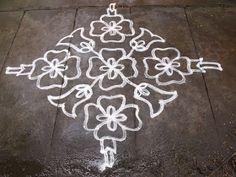 Simple Rangoli Designs Images, Rangoli Designs With Dots, Kolam Designs, Indian Rangoli, Kolam Rangoli, Easy Rangoli, Alpona Design, Diwali Decorations At Home, Muggulu Design