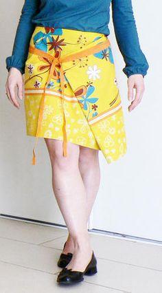 Une jupe japonisante asymétrique, fermée par crochets et lien.