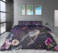 Prachtig luxe dekbedovertrek met een print van de natuur, met onder andere bloemen, vlinders, een vogel en zelfs een subtiel afgebeelde mandala. Dit katoen satijnen dekbedovertrek fleurt iedere slaapkamer op! Comforters, Blanket, Furniture, Home Decor, Backgrounds, Lush, Birds, Creature Comforts, Quilts