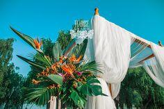 Trópusi esküvő - baldahinos kapu trópusi virágkompozícióval