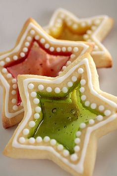 "Star Window Cookies I haven't seen this in years. Star window cookies, made by crushing hard candies and placing them in the middle of the stars before baking. They candies melt into sweet ""glass"". Galletas Cookies, Cake Cookies, Sugar Cookies, Cupcake Cakes, Cupcakes, Jelly Cookies, Holiday Treats, Christmas Treats, Holiday Fun"