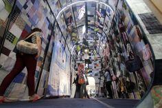 Personas caminan dentro de la bolsa de retazos más grande del mundo en Malasia. Visite nuestra página y sea parte de nuestra conversación: http://www.namnewsnetwork.org/v3/spanish/index.php #nnn #bernama #malasia #malaysia #kl #curiosidades #kuantan #megamall #bolsa #noticias