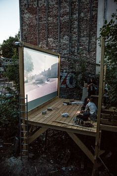 In Hamburg (Germany) nearly at the end of Summer, the artist group We Are Visual turned a vacant lot in Laeiszstrasse 18 into an outdoor projection room with Galerie Genscher Plateau project. Free screenings for passers-by and cinema-goers. Landscape Architecture, Landscape Design, Architecture Design, Architecture Diagrams, Urban Furniture, Street Furniture, Ideas Cabaña, Outdoor Spaces, Outdoor Living